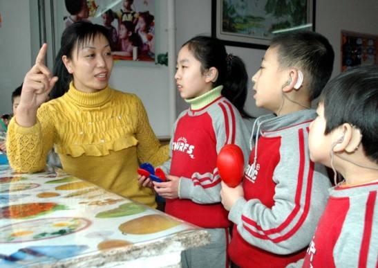 儿童配戴助听器