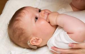 幼儿戴助听器